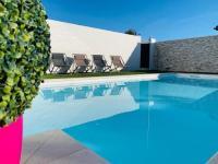 Résidence de Vacances Arles Holiday in Arles: Appartement privé dans notre villa avec piscine et jardin communs