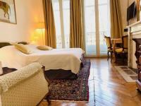 Chambre d'Hôtes Asnières sur Seine Suite junior luxueuse avec balcon et vue sur Arc de Triomphe