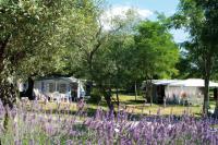 Terrain de Camping Saint Jean de Maruéjols et Avéjan Location en Mobil home au Camping Le Petit Bois