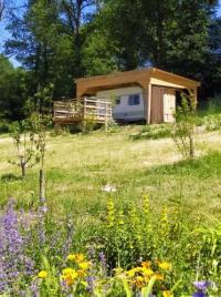 Terrain de Camping Franche Comté carazen , caravane chauffée