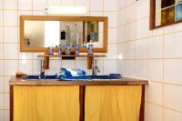 ESCALE BICOLORE   N 1968-Salle-d-eau-a-motifs-poissons-avec-cabine-de-douche-a-jets