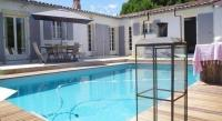 Location de vacances Loix Location de Vacances Rental Villa La Couarde Sur Mer Avec Piscine Sur Beau Jardin Clos