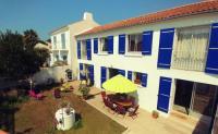 gite Noirmoutier en l'Île Une grande maison blanche sous le ciel bleu de Noirmoutier