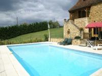 gite Veyrines de Domme Holiday home with garden and private swimming pool in a quiet, forested area.