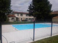 gite Genouillé Grande maison au calme, piscine, parc arboré