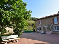 gite Azé Peacefully situated among vineyards, closeMacon (10 mins), centrally located for day trips