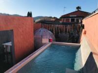gite Cassis Atypique maison rouge jacuzzi piscine