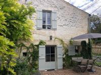 gite Saint Bris des Bois Ravissante petite maison de charme Port d'Envaux