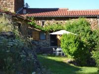 Quaint Holiday Home in Villeneuve-d'Allier with Terrace-Le-Pradal