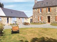 Location de vacances Trédarzec Location de Vacances Holiday home Treguier with a Fireplace 350