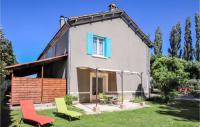 gite Sénas Three-Bedroom Holiday Home in Verquieres
