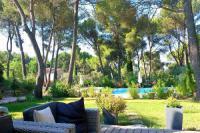 gite Noves L'Isle-sur-la-Sorgue Villa Sleeps 10 Pool