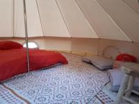 Terrain de Camping Aquitaine UN TIPI DANS LE PRES