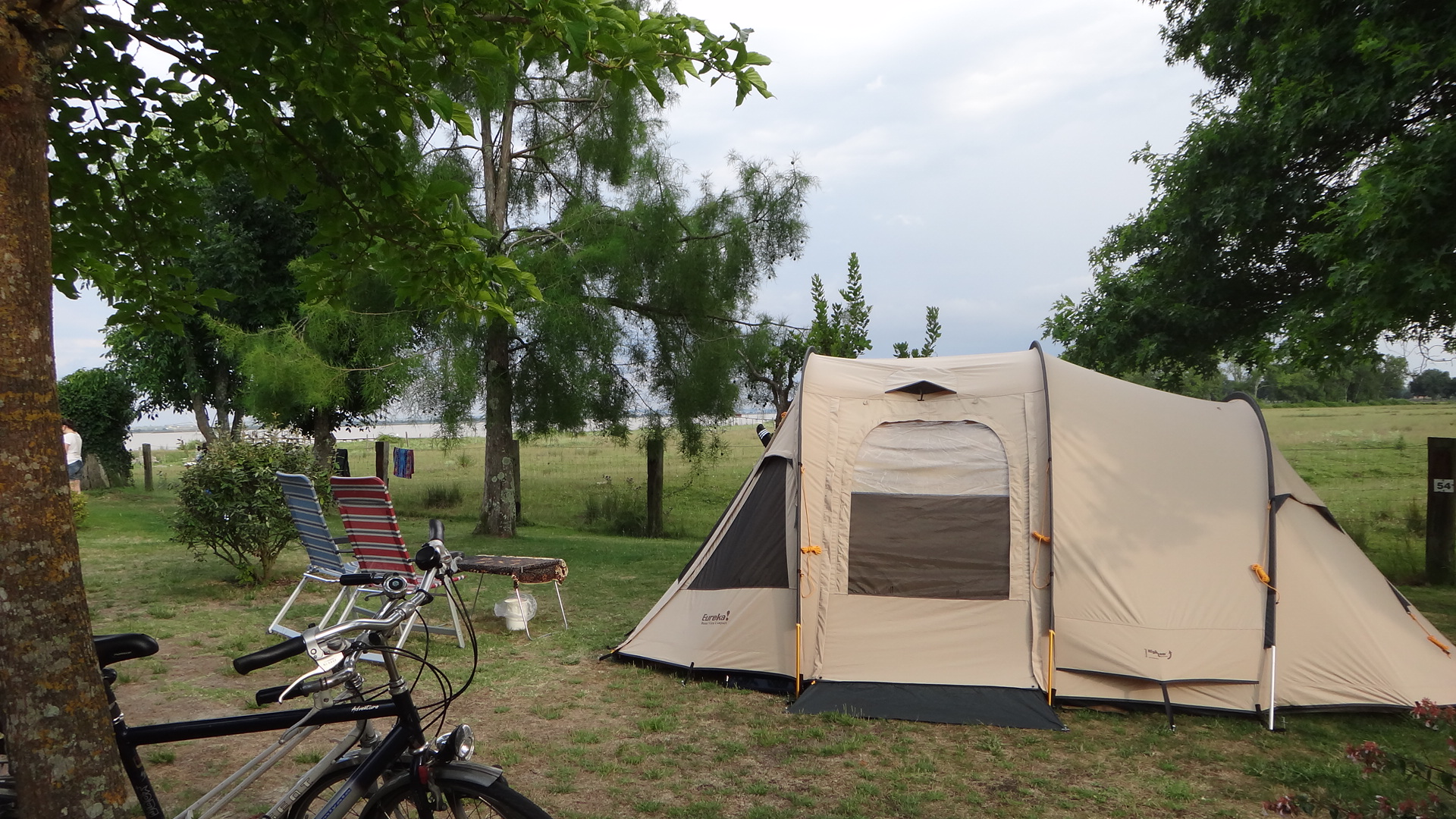 Camping Municipal Les Gabarreys-tente-au-bord-de-l-eau