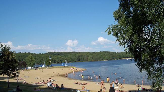 Camping municipal du Lac-la-plage-a-100-metres-du-camping