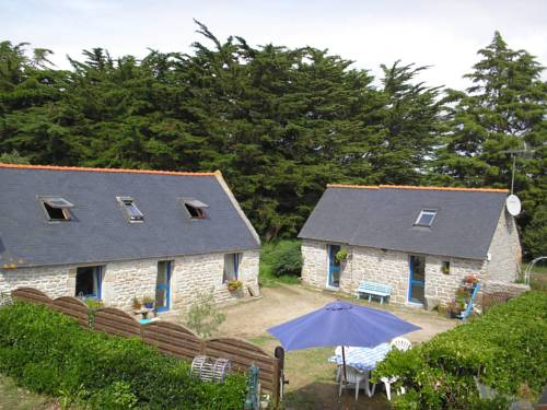 Traditional Cottage in Plomeur with Swimming Pool-Saint-Tremeur