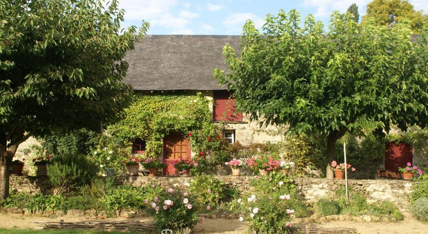 Quaint Holiday Home in Loire France with Garden-Maison-De-Vacances-St-Laurent-Des-Mortiers