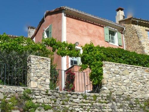 Petite maison de Charme à Nyons Drome provençale-La-maison-sur-les-remparts-au-pied-de-la-tour-Randonne-