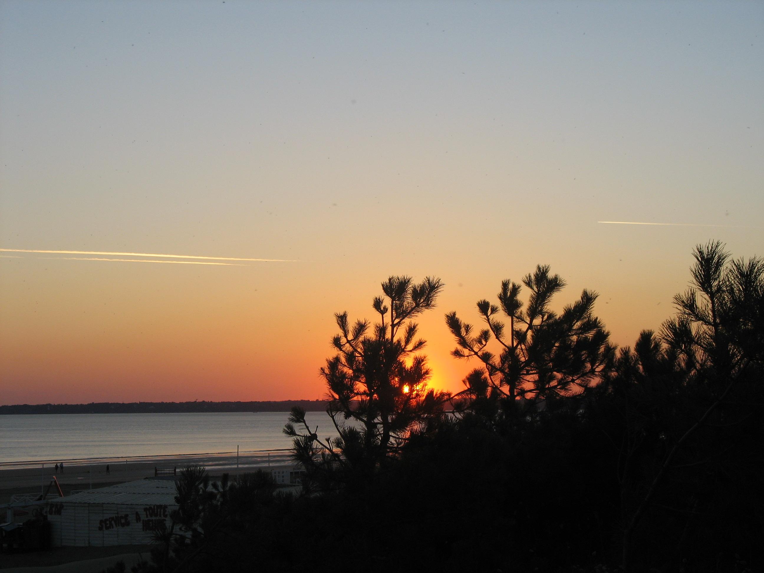MEUBLE MME GARDE-coucher-de-soleil-sur-la-plage