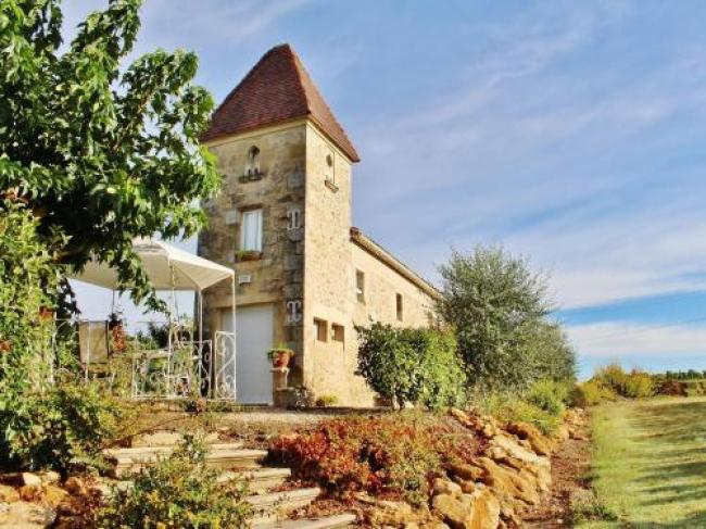 Elegant Holiday Home with Swimming Pool in Monprimblanc-Le-Pigeonnier-De-Pezelin