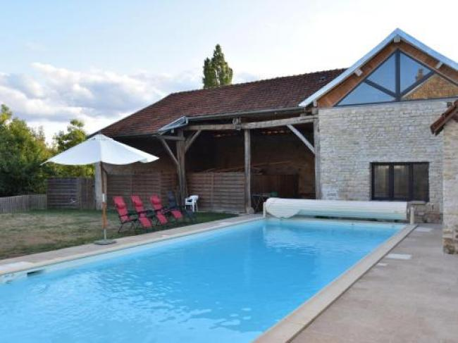 Spacious Country House on River in Channay-Le-Commandant