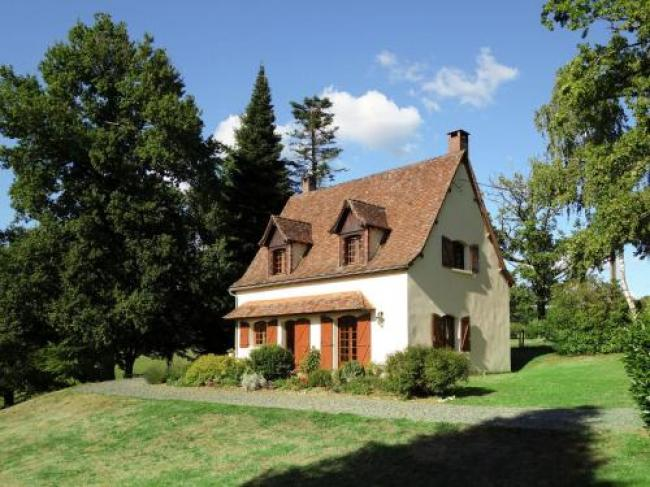 Lovely Villa in La Coquille with Swimming Pool-Les-Vieux-Chenes